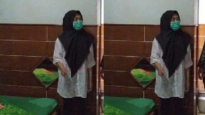 Tersangka V tampak mengenakan hijab saat menunjukkan kamar hotel tempat satu adegan video Vina Garut diambil di kawasan Cipanas, Kecamatan Tarogong Kaler, Kamis (22/8/2019).