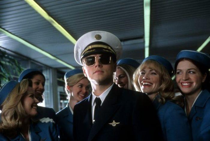 Leonardo DiCaprio dengan pramugari maskapai penerbangan mengelilinginya dalam sebuah adegan dari film 'Catch Me If You Can'