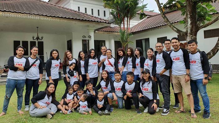 Keluarga dan kerabat dekat Mayangsari kompak dengan kaus yang seragam