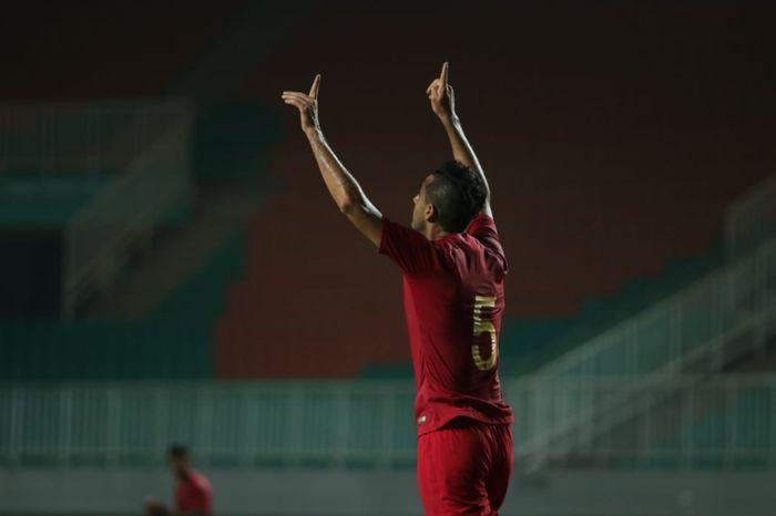 Bek timnas Indonesia, Otavio Dutra merayakan gol yang dicetaknya pada laga uji coba kontra Persika Karawang, di Stadion Pakansari, Kabupaten Bogor, Minggu (25/8/2019).