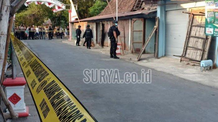 Petugas kepolisian dari Brimob Polda Jatim menggeledah rumah dan kios di Pasar Kincang, Jalan Diponegoro, RT 22 / RW 4 Desa Kincang Wetan, Kecamatan Jiwan, Kabupaten Madiun, Sabtu (24/8/2019) sore