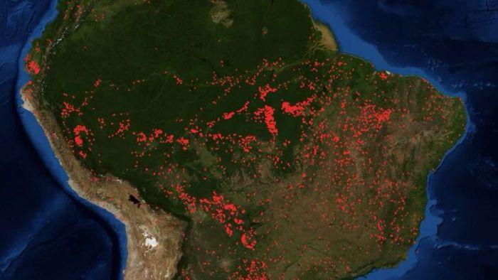 Titik api di hutan Amazon.