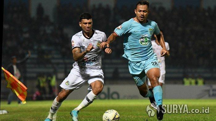 sayap Tira Persikabo, Ciro Alves (kiri),  berduel dengan  bek Persela Lamongan, Arif Satria, di Stadion Surajaya, Lamongan, Minggu (25/8/2019).