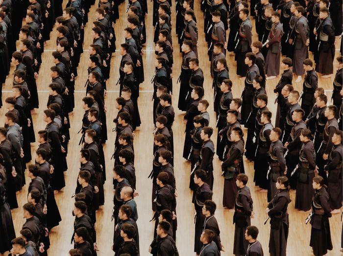 Para atlet beladiri tradisional Jepang tengah bersiap untuk perlombaan tingkat nasional di Tokyo Sport Hall.  Untuk memotret ini, Unggul memanfaatkan fitur perbesaran objek foto hingga sepuluh kali dari teknologi kamera 10x Hybrid Zoom pada gawai cerdasnya.