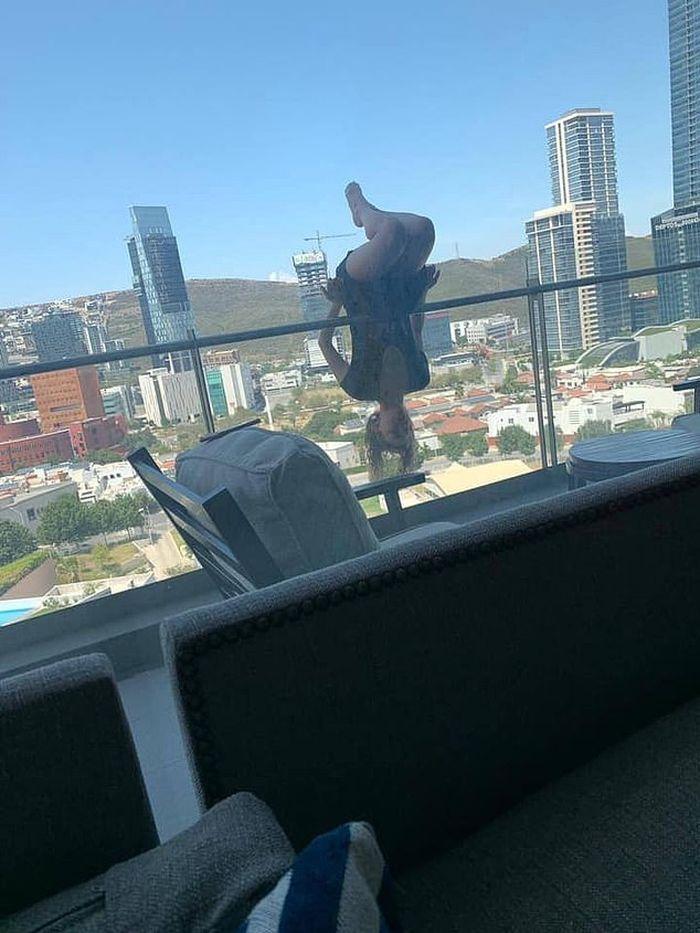 Alexa Terrazas mengalami kondisi kritis setelah jatuh dari balkon karena melakukan pose yoga ekstrem