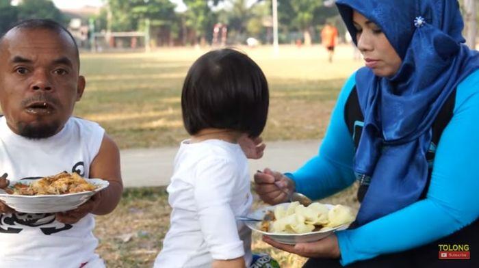 Rina sedang menyuapi makanan untuk anaknya
