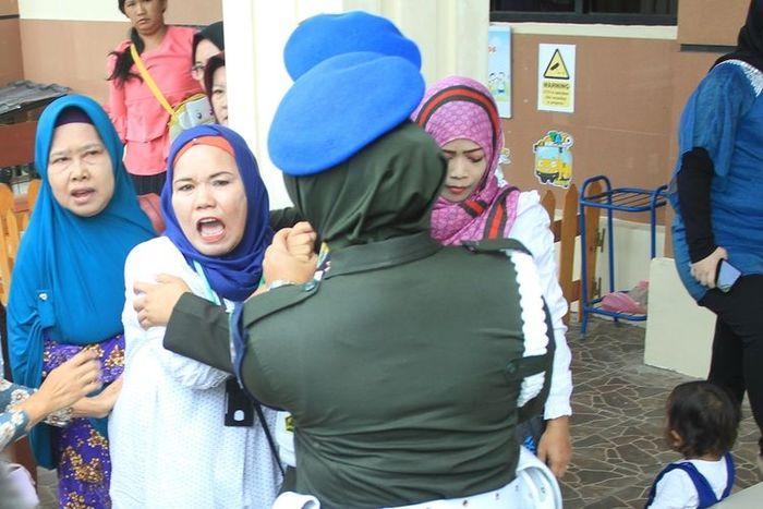 Ibunda Fera Oktaria (kedua dari kiri) mengamuk usai mendengar Pledoi terdakwa pembunuh anaknya, Prada DP, Kamis (29/8/2019).