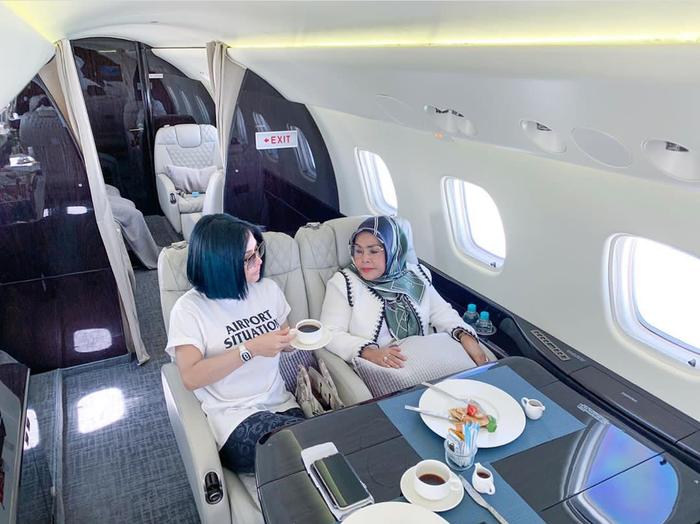 Bukan Baju Jutaan Rupiah, Syahrini Tak Malu Kepergok Pakai Kaus Jualannya Seharha Rp150 Ribu Saat Naik Pesawat Jet Mewah