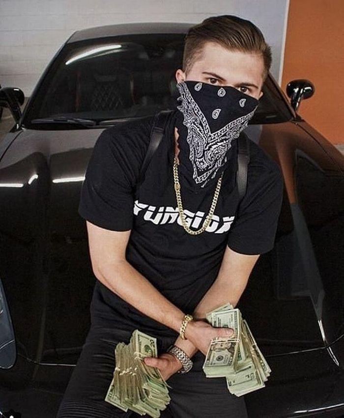 Wyatt sedang duduk di kap mobilnya sambil memamerkan uang yang ia terima dari memproduksi obat palsu.