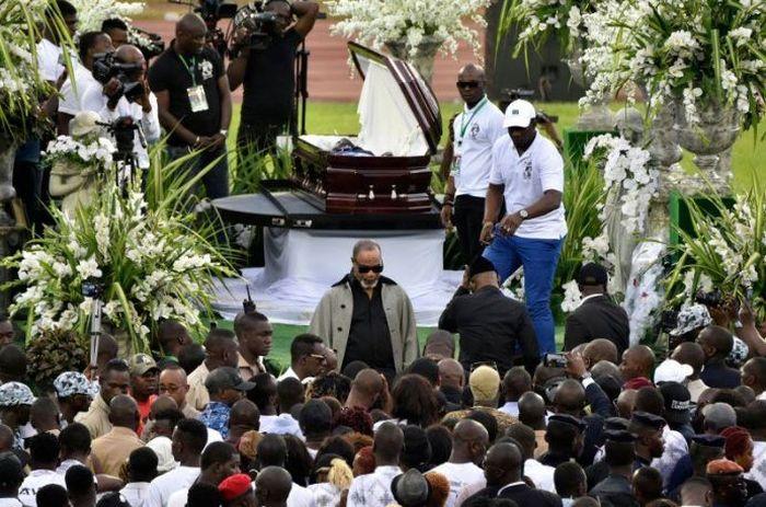 Ribuan penggemarnya memadi prosesi pemakaman Arafat.