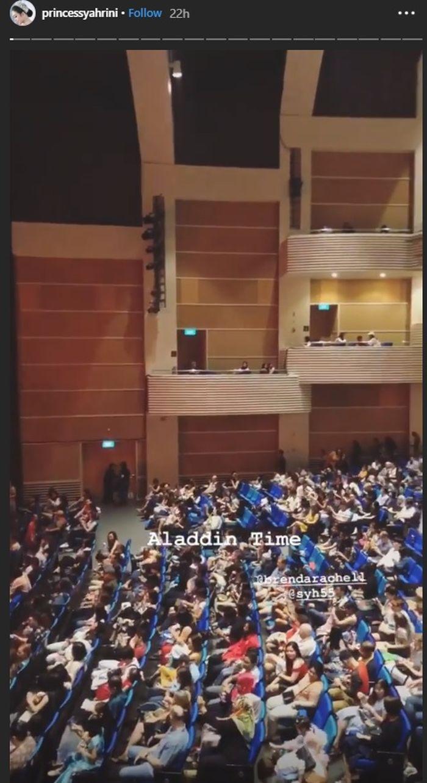 Syahrini mengabadikan momen saat menonton drama musikal Aladdin di Singapura