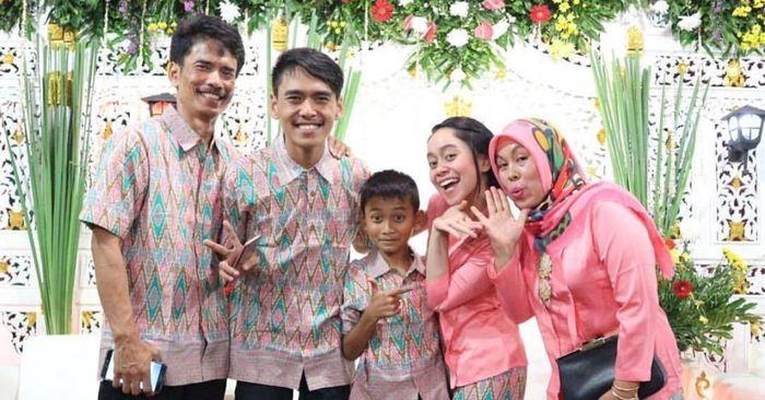 Lesti dan keluarga