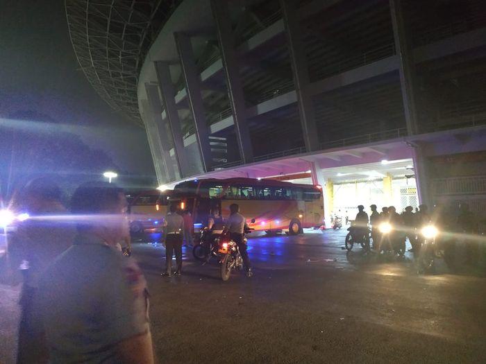 Bus yang mengangkut suporter timnas Malaysia keluar dari SUGBK pada Jumat (6/9/2019) pukul 00.05 WIB.