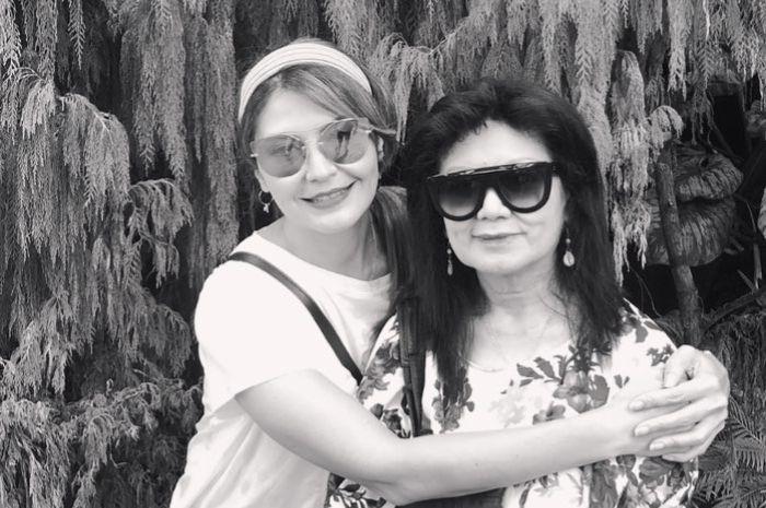 Tamara Bleszynski memeluk ibunya Farida Gasik