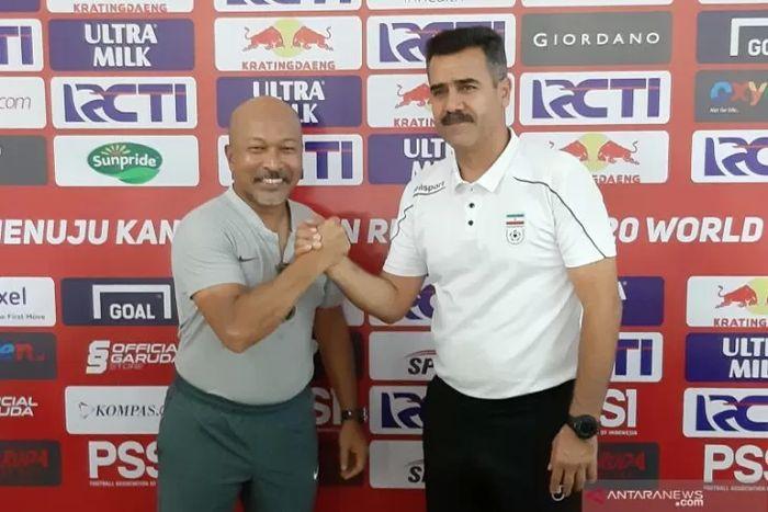 Pelatih timnas U-19 Indonesia, Fakhri Husaini, berjabat tangan dengan pelatih timnas U-19 Iran, Seyed Akbar Pour Mousavi, saat konferensi pers jelang laga uji coba kedua tim di Stadion Patriot Chandrabhaga, Bekasi, pada 7 September 2019.
