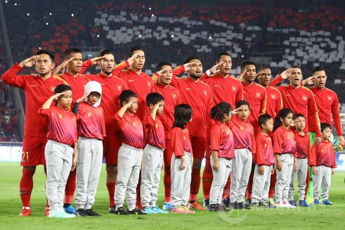Pemain timnas Indonesia menyanyikan lagu kebangsaan Indonesia Raya sebelum menghadapi timnas Malaysia pada Kualifikasi Piala Dunia 2022 di Stadion Utama Gelora Bung Karno, Jakarta, Kamis (5/9/2019).