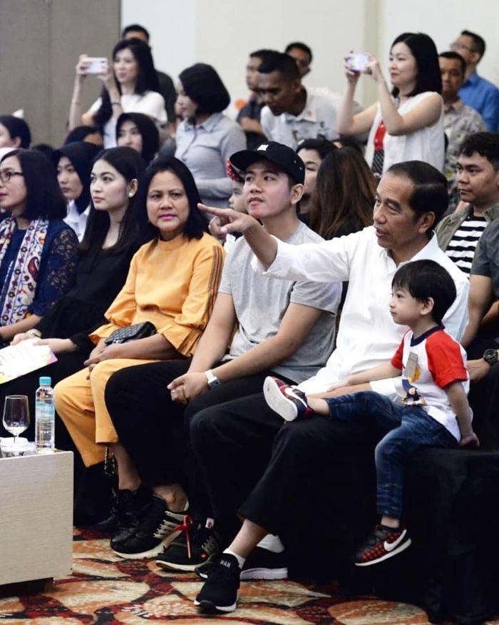 Gaya gaul Ibu Negara Iriana Jokowi dengan busana oranye dan sneakers