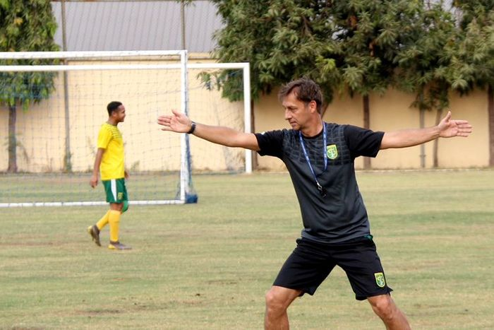 Pelatih Persebaya Surabaya, Wolfgang Pikal, saat memimpin sesi latihan tim.