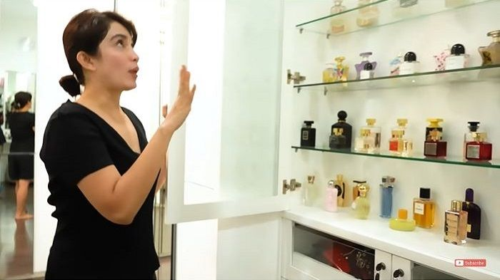 Koleksi parfum mewah Ussy Sulistiawaty yang disimpan di lemari kaca