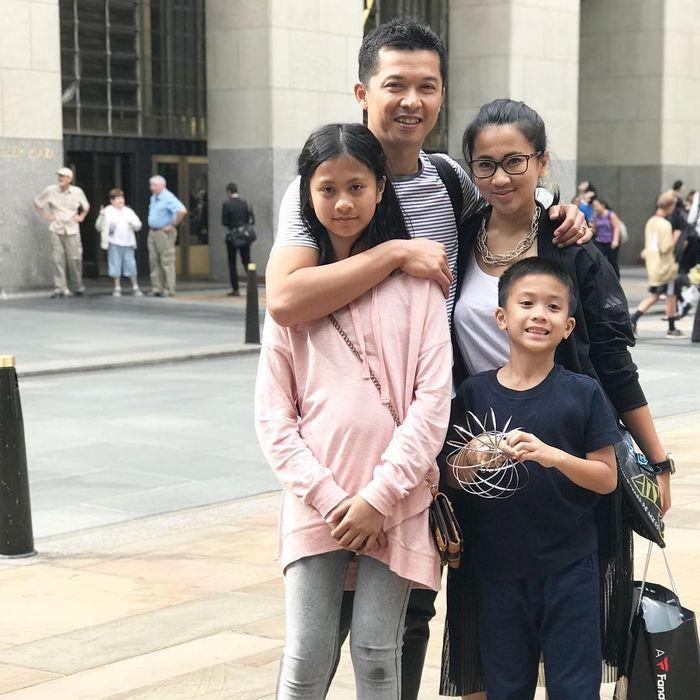 Potret keluarga Taufik Hidayat dan Amy Gumelar.