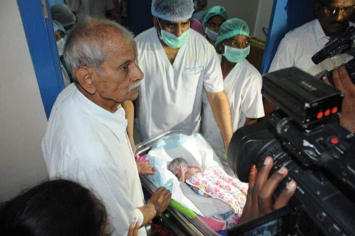 Sitarama Rajarao (82) bersama salah satu bayi kembarnya.