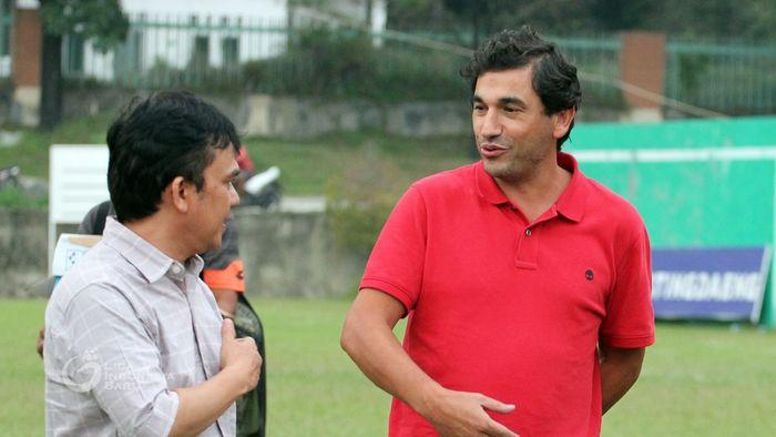 Pelatih asal Portugal, Eduardo Almeida, saat berbincang bersama CEO Semen Padang, Hasfi Rafiq, pada sesi latihan tim 12 September 2019.
