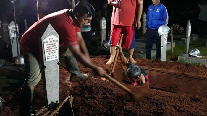 Para penggali kubur yang menggali makam Habibie