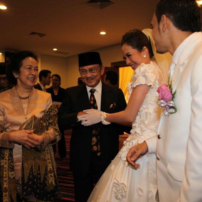 Penampilan cantiknya  Ibu Ainun didampingi Habibie saat hadiri pernikahan artis cantik Verlita Evelyn
