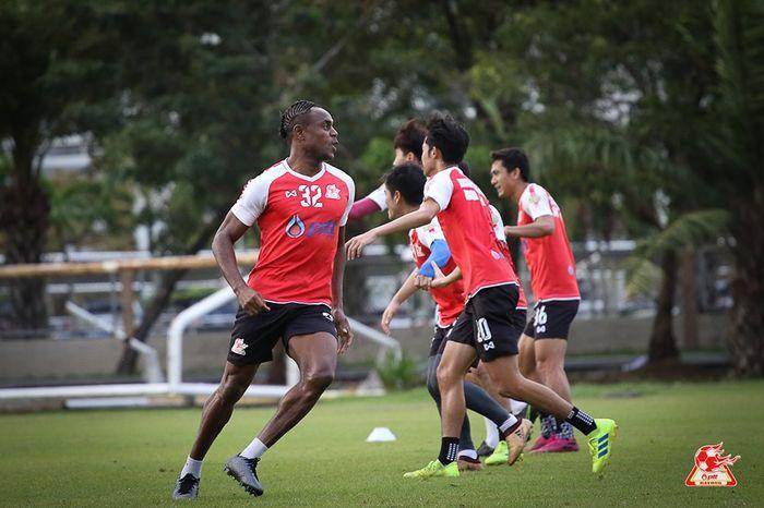 Bek timnas Indonesia, Victor Igbonefo menjalani latihan bersama PTT Rayong sebelum melakoni laga kontra Suphanburi FC pada lanjutan Liga Thailand 1 2019, 14 September 2019.