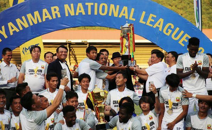 Selebrasi para pemain Shan United saat menjuarai Liga Myanmar 2019 di Stadion Tuanggyi pada 15 September 2019.
