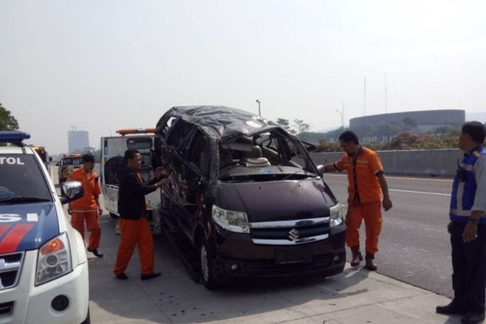 Kecelakaan tunggal di Tol Jaagorawi pada Minggu (15/9), diduga karena mobil mengalami pecah ban.
