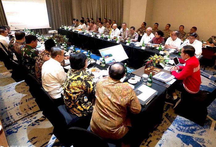 Presiden Joko Widodo memimpin rapat terbatas penanganan kebakaran hutan dan lahan (karhutla) di Pekanbaru, Riau, Senin (16/9/2019).