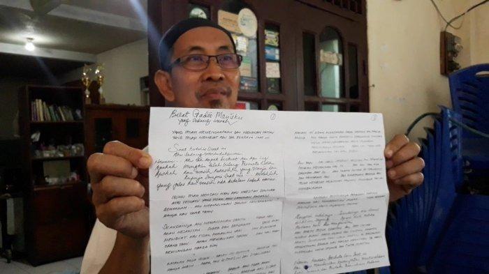 Sukin, ketua RT menunjukkan surat cinta dari kakek untuk bocah SD