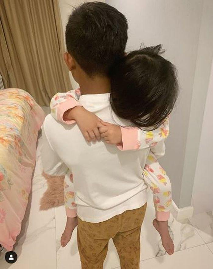 Betrand Peto menggendong Thalia anak Ruben Onsu dan Sarwendah