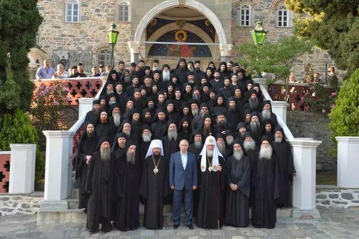 Presiden Vladimir Putin saat mengunjungi Gunung Athos di kepulauan Yunani pada 2016.