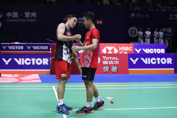 Pebulu tangkis tunggal putra Indonesia, Anthony Sinisuka Ginting (kanan), bersalaman dengan Kento Momota (Jepang) yang menjadi rivalnya pada final China Open 2019.