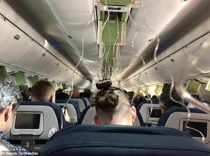 Susanasa kepanikan penumpang di pesawat tersebut.