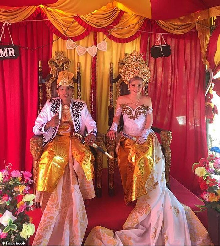 Pernikahan Wayan dan Sumawa dengan menggunakan adat tradisional Bali (Sosok / Facebook)