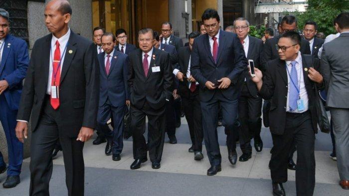 Wapres Jusuf Kalla bersama rombongan memilih berjalan kaki menuju markas PBB New York.