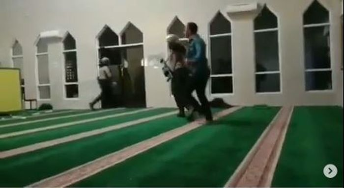 Instagram/@makassar_iinfo Anggota Polisi masuk masjid mengenakan sepatu memukuli mahasiswa.