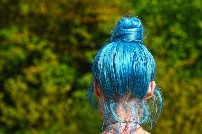 Ilustrasi rambut warna biru