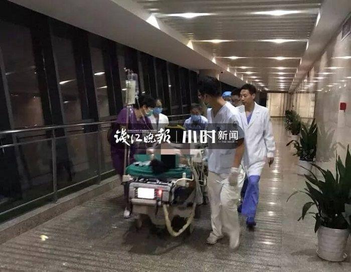 Ah Wah dilarikan ke ambulans karena jantungnya mendadak berhenti.