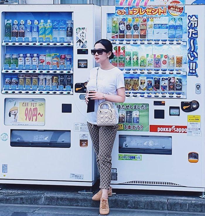Tampilan Syahrini saat liburan di Tokyo Jepang