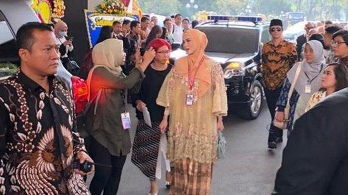 Mulan Jameela saat tiba di gedung DPR RI, Selasa (1/10/2019). Mulan Jameela memakai baju karya desainer Didiet Maulana.