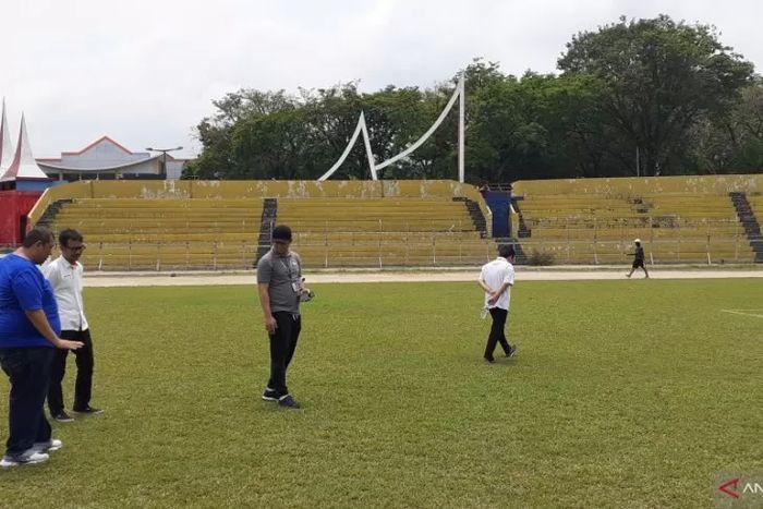 PT LIB memeriksa kondisi rumput di Stadion Haji Agus Salim yang menjadi kandang Semen Padang dalam Liga 1 2019