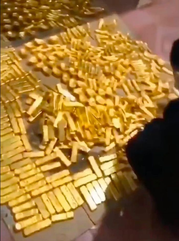 Emas batangan yang ditemukan di rumah Zhang Qi