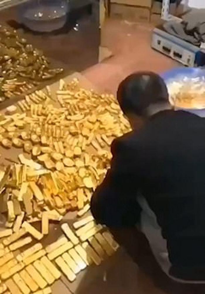 Emas yang dimiliki oleh pejabat tersebut saat digrebek polisi.