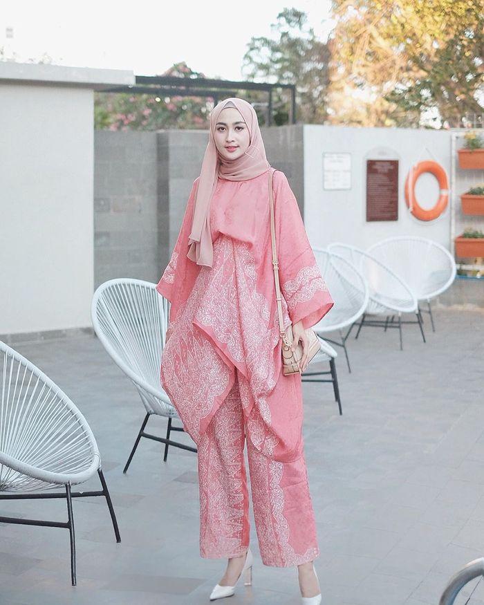 4 Inspirasi Gaya Kondangan Hijab Dengan Setelan Celana Elegan Tanpa Ribet Semua Halaman Grid Id