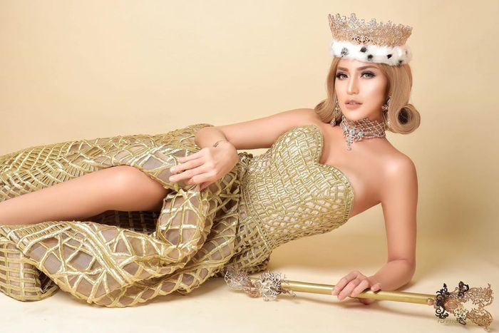Jessica Iskandar mengenakan dress warna emas model tube dress dengan kerah bentuk hati yang glamor.