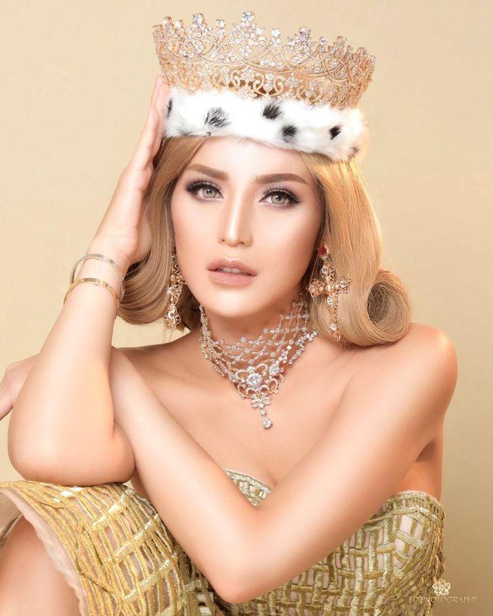 Jessica Iskandar juga mengenakan aksesori berupa choker mewah dan anting salib